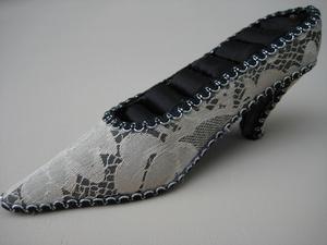 Schoen voor ringen laag model zwart/goud  per stuk