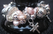 Zoetwaterparels armband roze met metalen bedels per stuk
