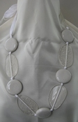 Ketting wit lint met keramiek en glasstenen per stuk