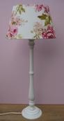 Lampvoet wit met kap van wit linnen met roze rozen compleet set