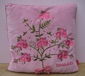 Kussen roze velour met bloemen geborduurd en rode ruitjes per stuk